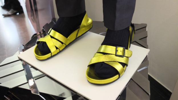 Sandalen mit Socken von Burberry.
