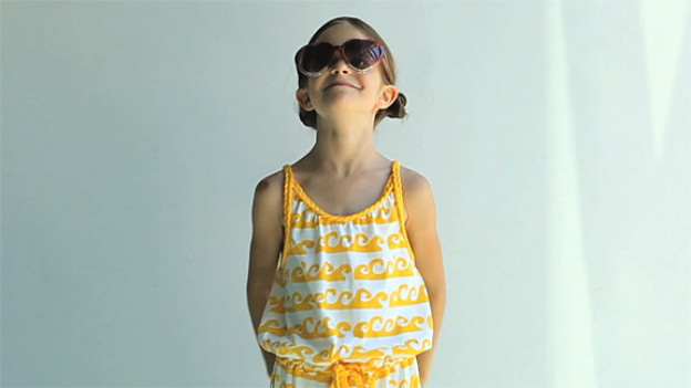 Kinder möchten gern wie Erwachsene angezogen sein - und wir finden sie süss, wenn sie aussehen wie Miniaturausgaben unserer selbst.