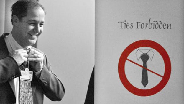 Ein WEF-Teilnehmer wird aufgefordert, seine Krawatte abzulegen.