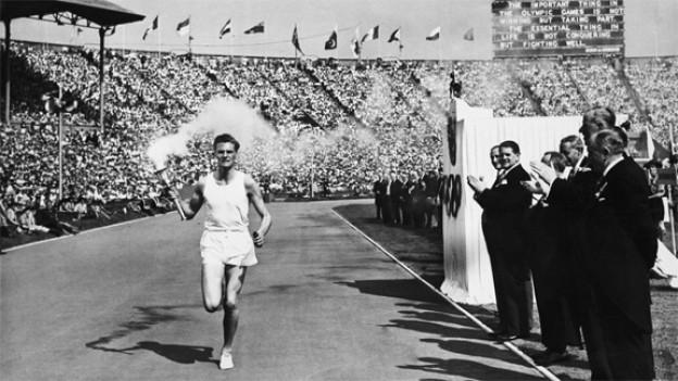 Eröffnungszeremonie von London 1948: Das Olympische Feuer kommt in der Wembley Arena an.
