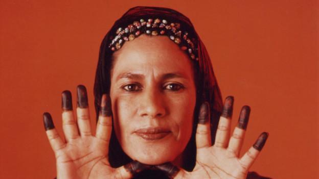Die Stimme aus der Wüste, die sowohl auf Arabisch als auch auf Spanisch singt.
