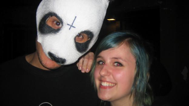 Ein Fan umarmt ihn, aber Cro bleibt stur: die Maske kommt nicht vom Gesicht runter.