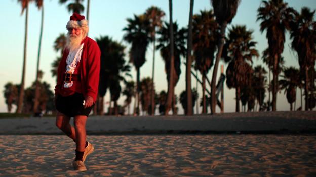 Der Weihnachtsmann fühlt sich auch an den Stränden Amerikas wohl.