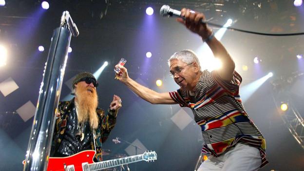 Claude Nobs auf der Bühne zusammen mit Billy F. von ZZ Top.