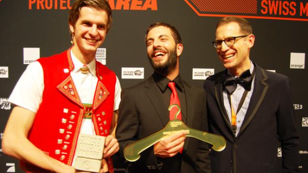 Nicolas Senn und sein Chef Bligg freuen sich über den DRS 3 Swiss Style Award 2011.