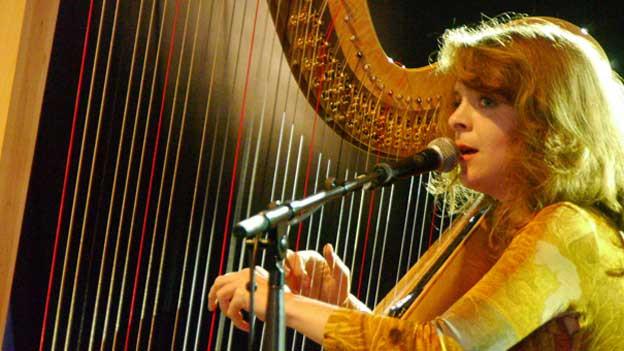 Zwei Grosse: Serafina Steer und ihre Harfe.