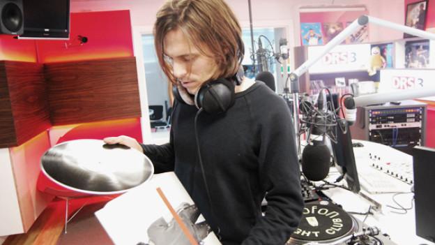 Adrian Sieber legt bei DRS 3 seine Platten auf.