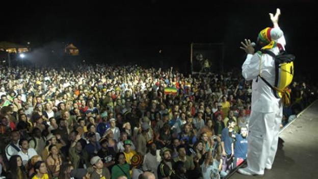 """Fantan Mojah aus Jamaika auf der Bühne vom """"Rototom Sunsplash"""" im Jahr 2005"""
