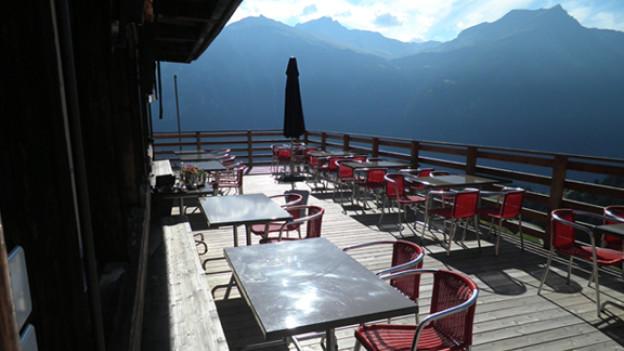 Herrliche Aussicht ins Val Schons von der Terasse Hotel Capricorns in Wergenstein.