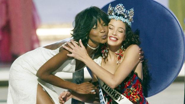 Die Miss World aus Nigeria übergibt ihrer Nachfolgerin die Krone statt in ihrer Heimat in Grossbritannien.