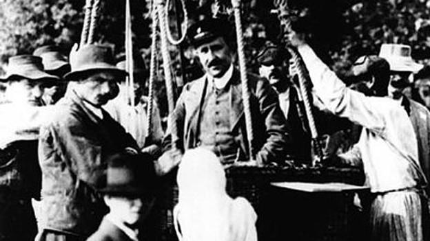 Der Physiker Victor Hess (Mitte) nach seinem Ballonflug am 7. August 1912.