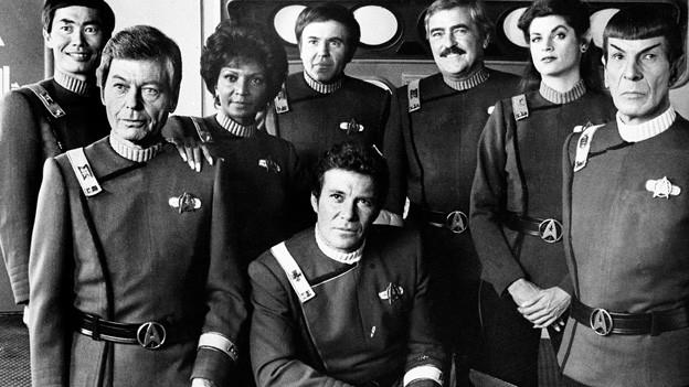 Die Raumschiff-Enterprise-Folge, in der Lieutenant Uhura (Nichelle Nichols, 3.v.l.) Kaptain Kirk küsst, wurde von einigen Fernsehsendern in den Südstaaten boykottiert.