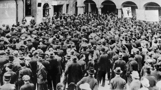Streikende Arbeiter versammeln sich waehrend des Schweizer Generalstreiks in November 1918.