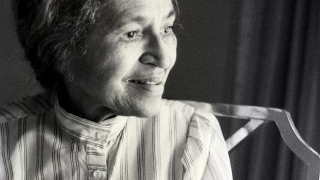 Die Menschenrechtsaktivistin Rosa Parks in ihrem Haus in Detroit, 1988.
