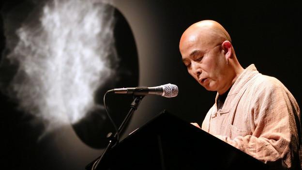 Der chinesische Schriftsteller Liao Yiwu bei einer Rede in Berlin.