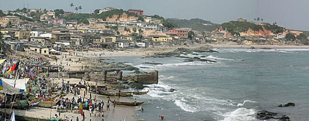 Blick auf die Küstenstadt Cape Coast in Ghana.