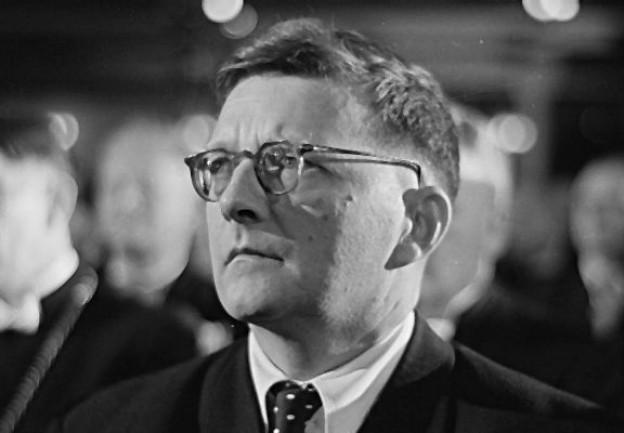 Dmitri Schostakowitsch (1906 - 1975) hatte ein zwiespältiges Verhältnis zum stalinistischen Regime. Seine 5. Sinfonie wurde vom Regime gefeiert, er selber verstand es als subversive Kritik.