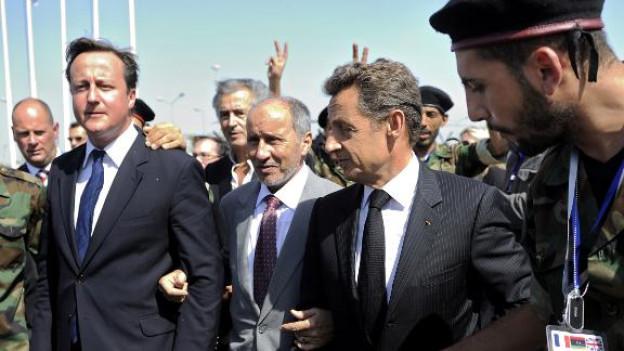 Nach dem Sturz Gaddafis besuchen die Regierungschefs von England und Frankreich das befreite Libyen.