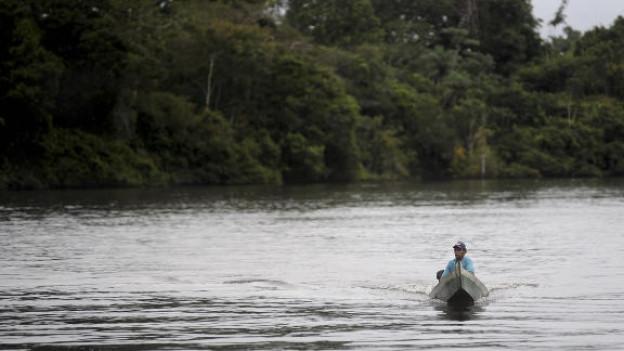 Ein Fischer auf dem Xingu-Fluss. Hier soll das drittgrösste Wasserkraftwerk der Welt entstehen.