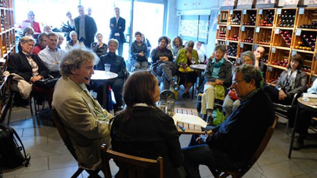 Zwischen Wein und Publikum: Live-Gäste Rolf Lappert (links) und Charles Lewinsky in der Cantina del Vino.