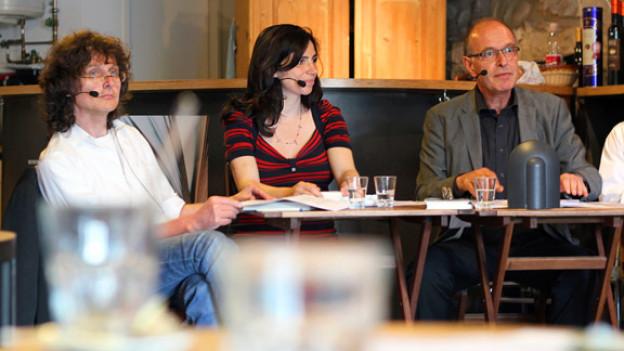 Beat Mazenauer (links) und Dana Grigorcea (mitte) sind die Live-Gäste von Literaturredaktor Felix Schneider in Solothurn.
