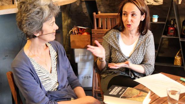 Übersetzerin Christina Viragh (links) im Gespräch mit Literaturredaktorin Britta Spichiger.