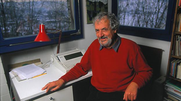 Ernst Eggimann 1997 an seinem Arbeitsplatz in Zürich.