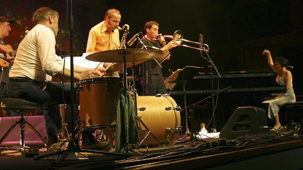 Die japanische Pianistin Aki Takase beim Auftritt am Jazzfestival Willisau.
