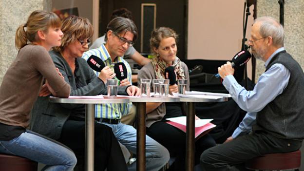 Debatte im Kulturcafé (v.l.): Anja Häusermann, Ulrich Frischknecht, Kurt Reusser, Judith Schubiger.