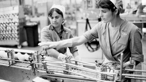 Fabrikarbeiterinnen am Abfülllaufband für Bohnen in der Konservenfabrik Hero in Frauenfeld, 1984.
