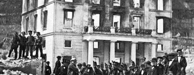 Das zerstörte Regierungsgebäude.