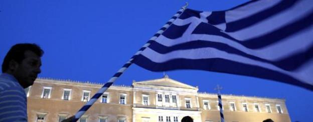 Ein Demonstrant schwenkt die griechische Flagge vor dem Parlamentsgebäude in Athen.