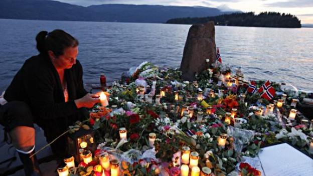 Kerzen und Blumen für die Opfer des Massakers von Utoeya.