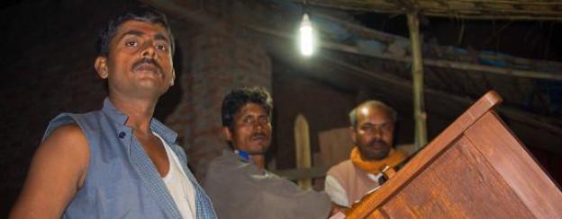 Dank Strom kann Schreiner Umakant Dubey auch abends arbeiten.