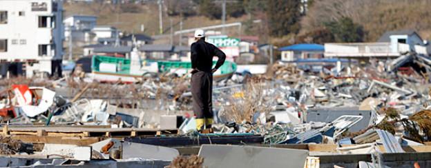 Ein Mann inspiziert die zerstörte Nachbarschaft in Yamada, Japan.
