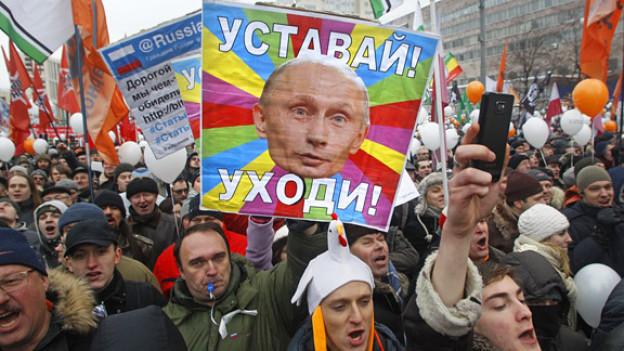 «Wird müde! Geh weg!» steht auf dem Plakat, mit dem Putin-Gegner Ende 2011 demonstrieren.