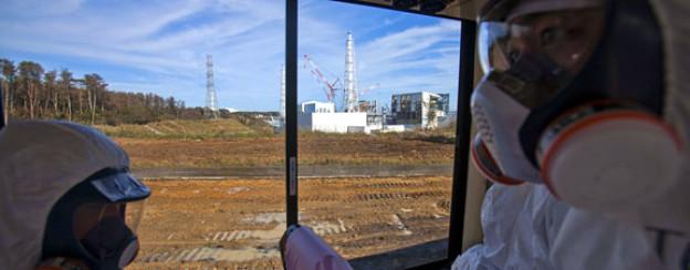 Mitarbeiter der Tepco inspizieren den Ort der Katastrophe im November 2011.