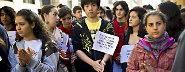 Studierende der Tasso-Schule in Sizilien bilden eine Menschenkette zum Gedenken an den Mord an Giovanni Falcone, 1992.