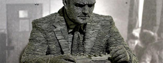 Statue von Alan Turing und der Enigma in der ehemaligen Codeknacker-Zentrale im Landsitz Bletchley Park in England.