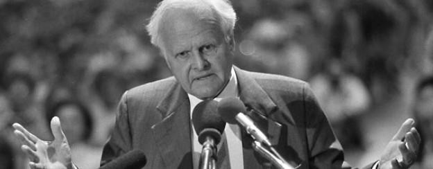 Carl Friedrich von Weizsäcker bei der Rede gegen das Atommüllendlager in Wackersdorf, 1988.