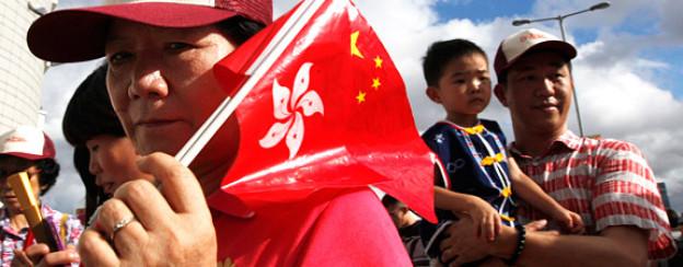 Mit den Flaggen von Hong Kong und China: Bewohner feiern das 15-jährige Jubiläum der Rückgabe an China.