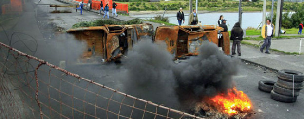 Bewohner der Region Aysén haben auf einer Brücke brennende Barrikaden errichtet (März 2012).