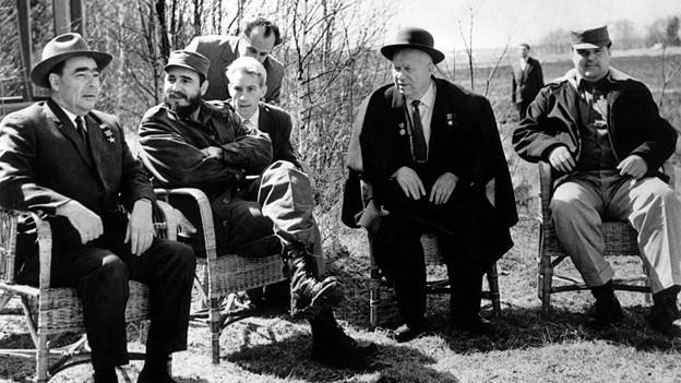 Fidel Castro beim Treffen mit dem russischen Präsidenten Leonid Breschnew (l.) und Premierminister Nikita  Chruschtschow (r.) in Moskau, April 1962.