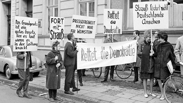 In Bonn protestieren im November 1962 rund 600 Stundenten gegen den Obrigkeitsstaat.