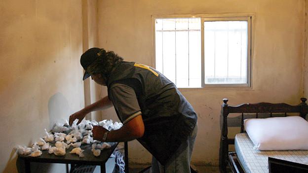 Ein Polizist katalogisiert beschlagnahmtes Paco in Buenos Aires.