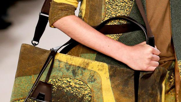 Früher Schürzen, heute Haute Couture: Ein Stück aus der Akris-Kollektion Frühjahr/Sommer 2013.