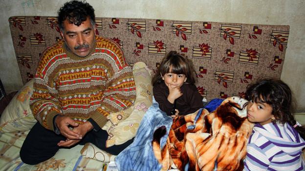 Der syrische Flüchtling Ibrahim Abu Mohammed verharrt mit seinen beiden Kindern im UN-Flüchtlingslager im Bekaa Tal in Libanon.