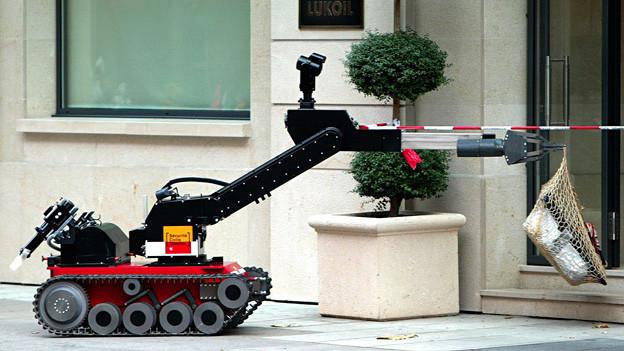 Bei einer Bombendrohung entfernt ein Roboter der Genfer Polizei 2004 ein verdächtiges Bündel.