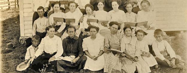 Eine Versammlung von Sacred Harp-Sängerinnen und -Sängern in Oglesby, Texas, 1915.