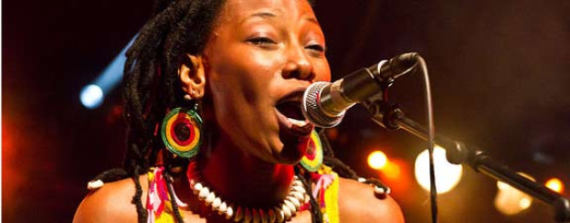 Live im Cabaret Sauvage, Paris, 2011: Fatoumata Diawara.<a href=http://www.flickr.com/photos/fabriceb75/5968470254/in/set-72157625705645716 target=_blank>FabriceB</a>